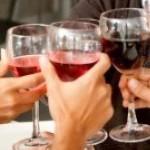7687211-gruppo-di-amici-a-cena-in-un-ristorante-elegante-tostatura-con-vino